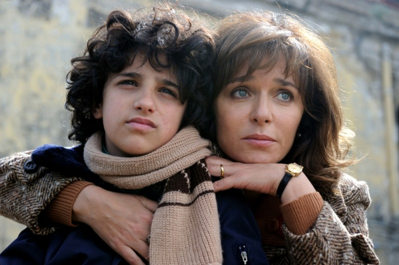 Valeria Golino in una scena de La kryptonite nella borsa insieme al piccolo Luigi Catani