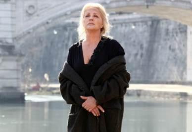 Virna Lisi in un'intensa scena della miniserie della Rai, La donna che ritorna