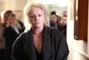 Virna Lisi in una drammatica scena della miniserie della Rai, La donna che ritorna