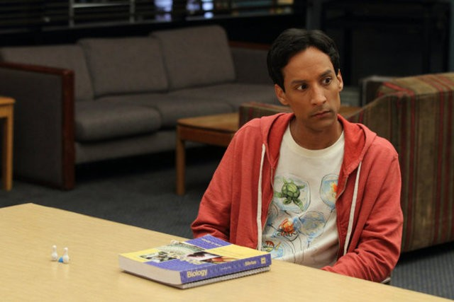 Community: Danny Pudi nell'episodio Advanced Gay