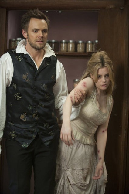 Community: Gillian Jacobs e Joel McHale in una scena dell'episodio Horror Fiction in Seven Spooky Steps