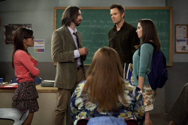 Community: Irene Sugene Choi, Joel McHale, Martin Starr e Alison Brie nell'episodio Geography of Global Conflict