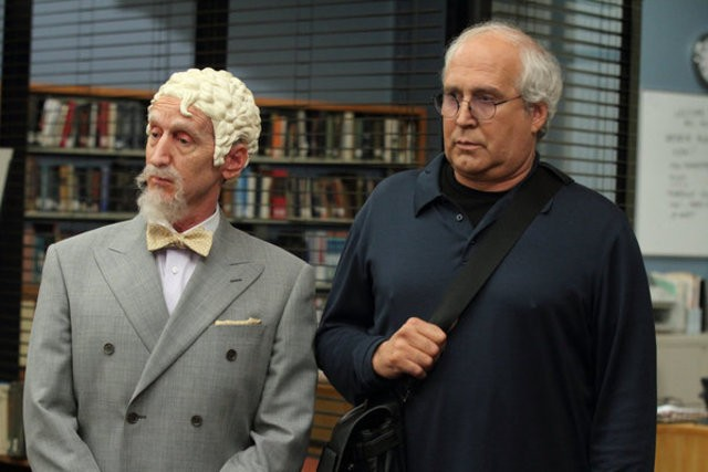 Community: Larry Cedar e Chevy Chase nell'episodio Advanced Gay