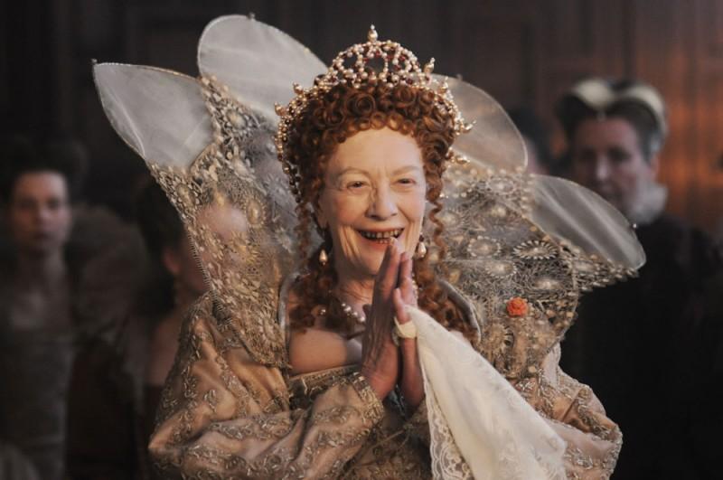 Anonymous: Vanessa Redgrave sorride in una scena nei panni della Regina Elisabetta