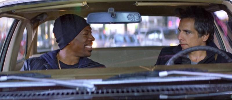 Eddie Murphy in auto con Ben Stiller in una scena di Tower Heist: Colpo ad alto livello