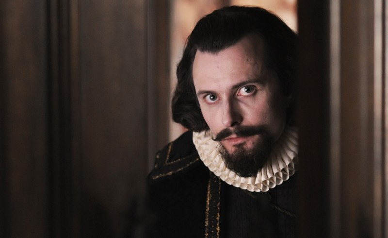 Edward Hogg nei panni di Robert Cecil in una scena di Anonymous