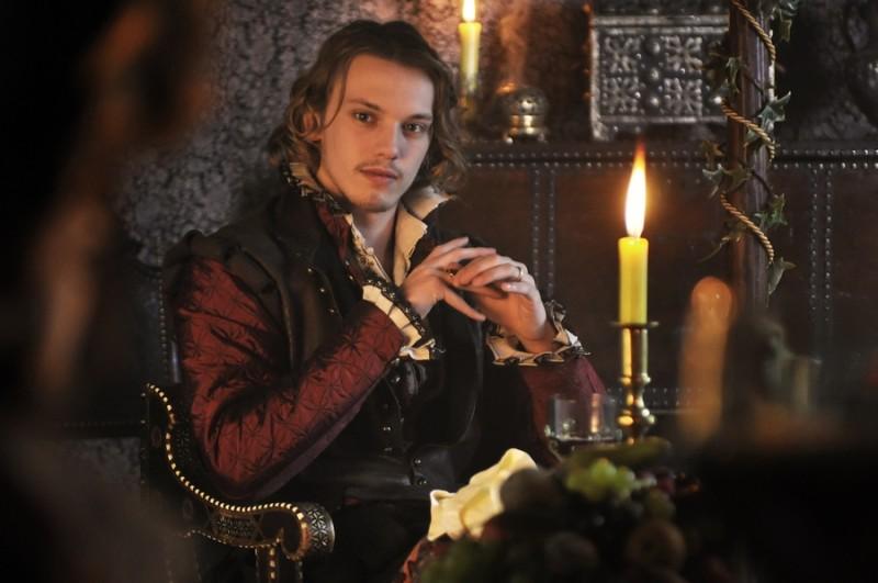 Jamie Campbell Bower in una foto promozionale di Anonymous è il giovane duca di Oxford