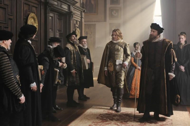 Jamie Campbell Bower insieme a David Thewlis in una scena di Anonymous