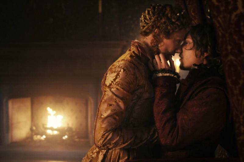 Joely Richardson e Jamie Campbell Bower si baciano in una scena tratta dal dramma in costume Anonymous