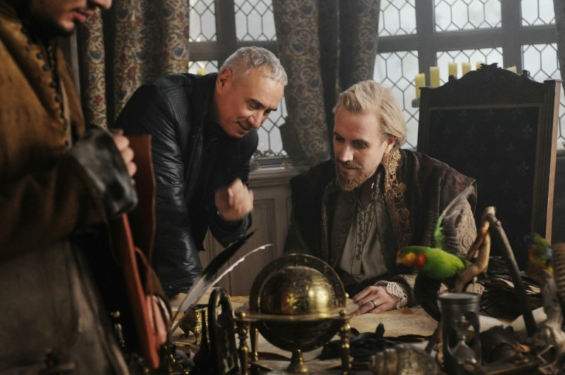Roland Emmerich e Rhys Ifans in un'immagine dal set di Anonymous