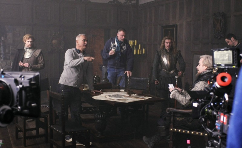 Roland Emmerich insieme a Xavier Samuel, Rhys Ifans e Sam Reid sul set di Anonymous