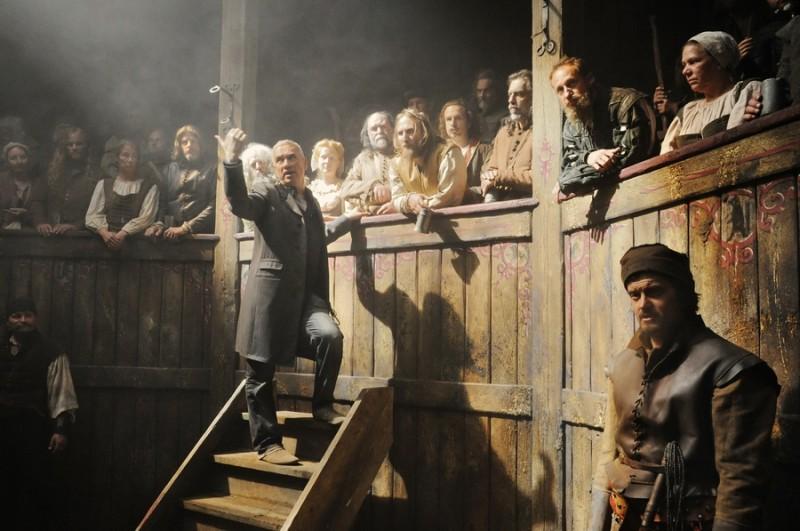 Roland Emmerich si prepara ad una scena all'interno del teatro sul set del suo Anonymous