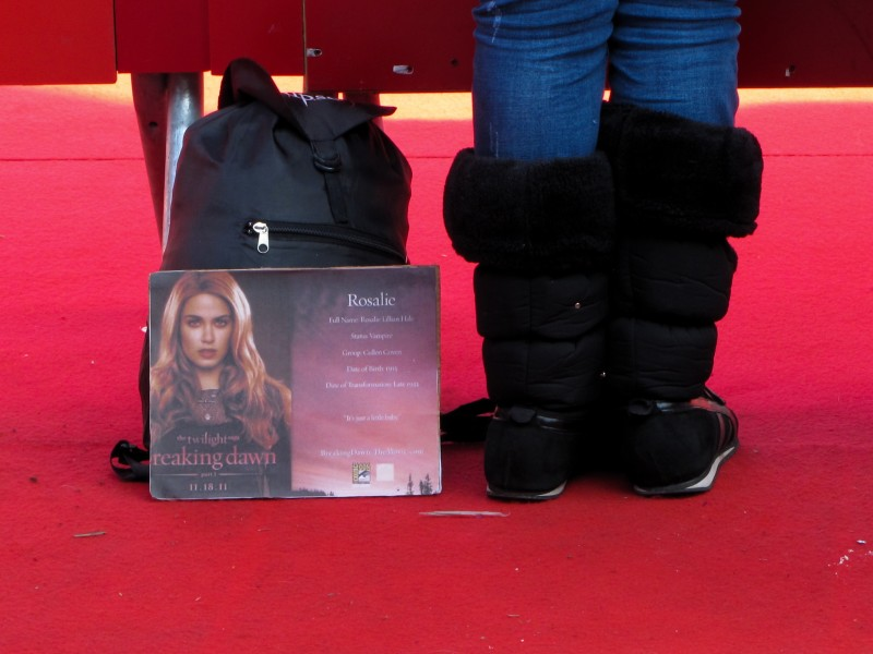 Roma 2011: una fan di Twilight aspetta le star di Breaking Dawn