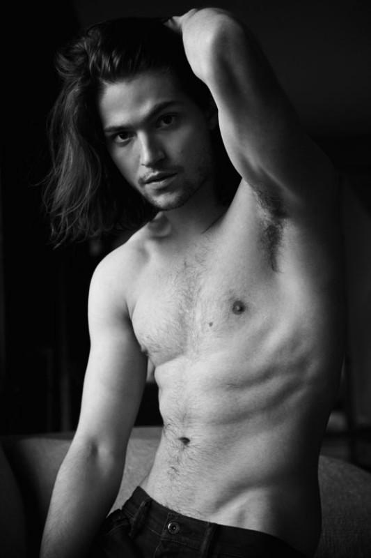 Thomas McDonnell in una foto a torso nudo