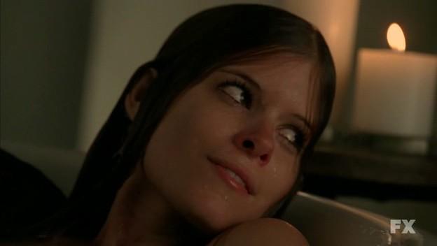 American Horror Story: Kate Mara nell'episodio Halloween - part 2 (stag. 1) mentre fa un bagno