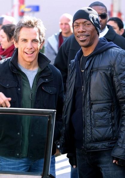 Ben Stiller con Eddie Murphy sorridono sul set del film Tower Heist: Colpo ad alto livello