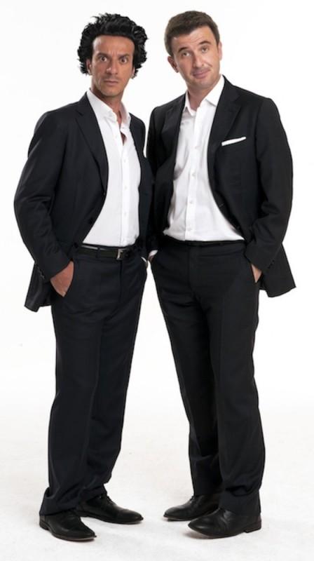 Ficarra e Picone posano in una foto promozionale del film Anche se è amore non si vede