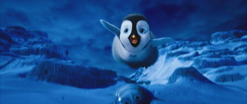 Happy Feet 2 in 3D, il pinguino Erik sott'acqua in una scena del film