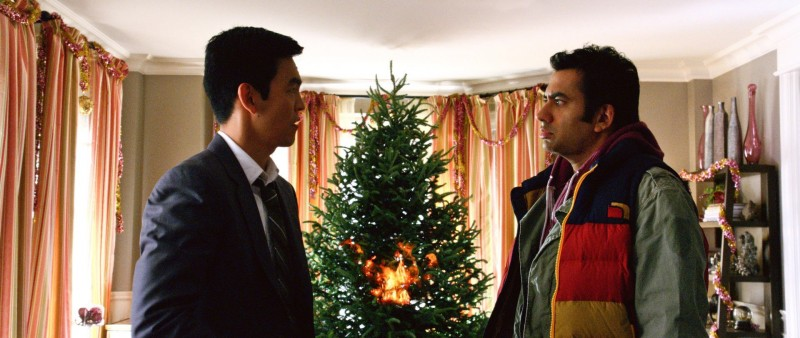 John Cho e Kal Penn in A Very Harold & Kumar Christmas, commedia natalizia targata Warner Bros