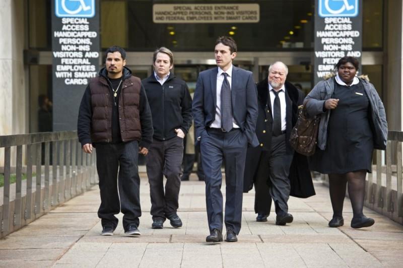 Michael Peña, Matthew Broderick e Casey Affleck in una scena di Tower Heist: Colpo ad alto livello insieme a Gabourey Sidibe e Stephen Henderson