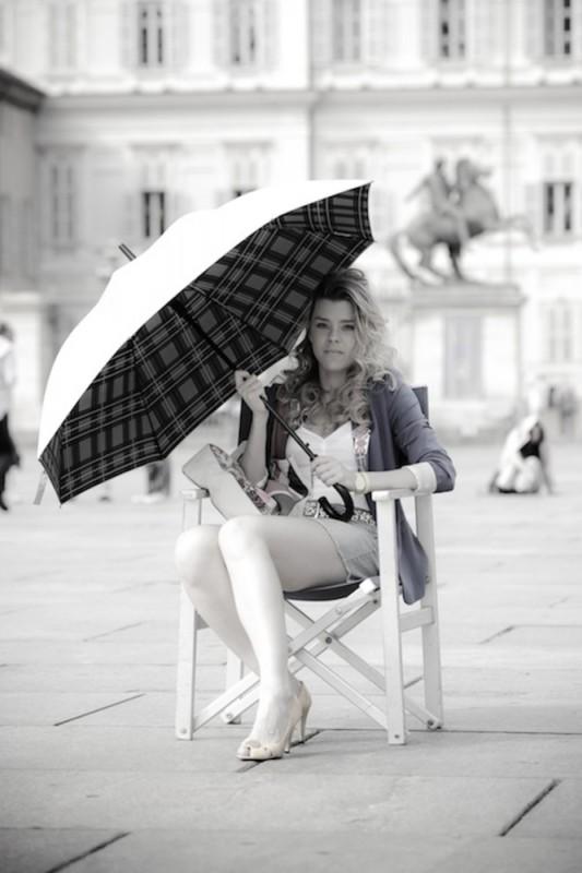 Sascha Zacharias posa in una foto promozionale di Anche se è amore non si vede