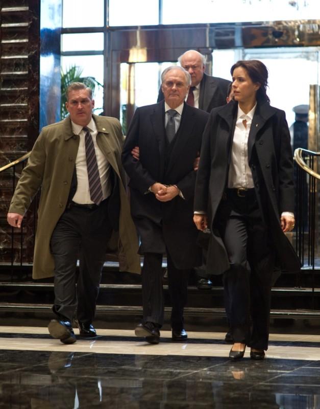 Téa Leoni in una scena di Tower Heist: Colpo ad alto livello insieme a Alan Alda, Harry O'Reilly e Peter Van Wagner