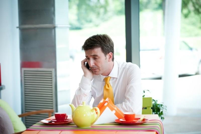 Valentino Picone parla tristemente al telefono in una scena della commedia Anche se è amore non si vede