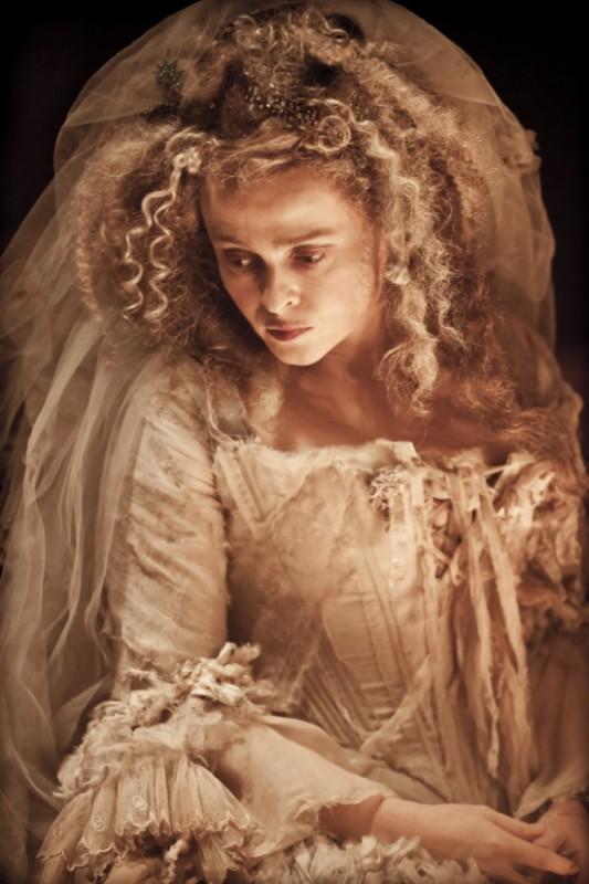 Helena Bonham Carter ingabbiata nel vestito da sposa di Miss Havisham,  donna abbandonata sull'altare in Great Expectations