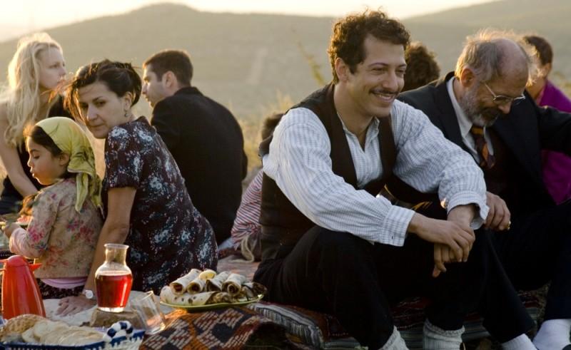 Almanya - La mia famiglia va in Germania: Fahri Ogün Yardim insieme a Vedat Erincin in una scena del film