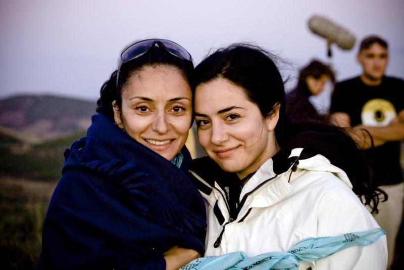 Almanya - La mia famiglia va in Germania: la regita Yasemin Samdereli insieme alla sceneggiatrice Nesrin Samdereli sul set del film