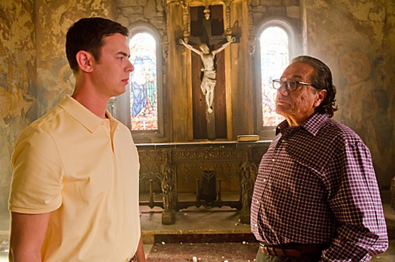 Colin Hanks e Edward James Olmos in una scena dell'episodio The Angel of Death