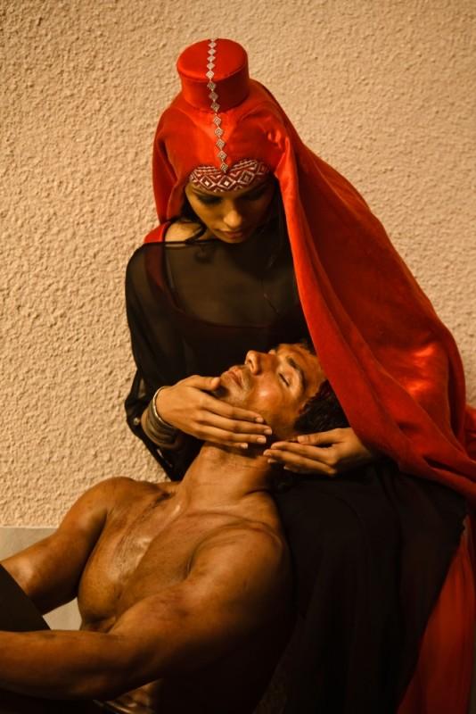 Freida Pinto e Henry Cavill in una scena del film epico d'azione Immortals 3D