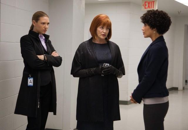 Fringe: Anna Torv, Blair Brown e Jasika Nicole nell'episodio Subject 9