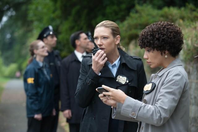 Fringe: Anna Torv e Jasika Nicole nell'episodio And Those We Left Behind