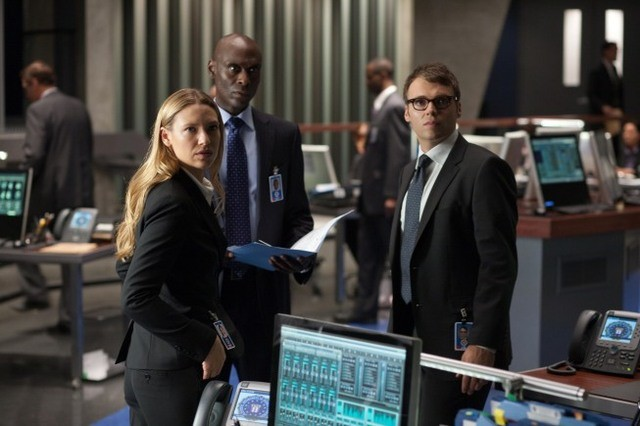 Fringe: Anna Torv, Lance Reddick e Seth Gabel nell'episodio Novation