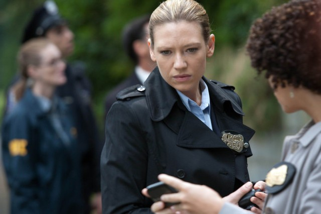 Fringe: Anna Torv nell'episodio And Those We Left Behind