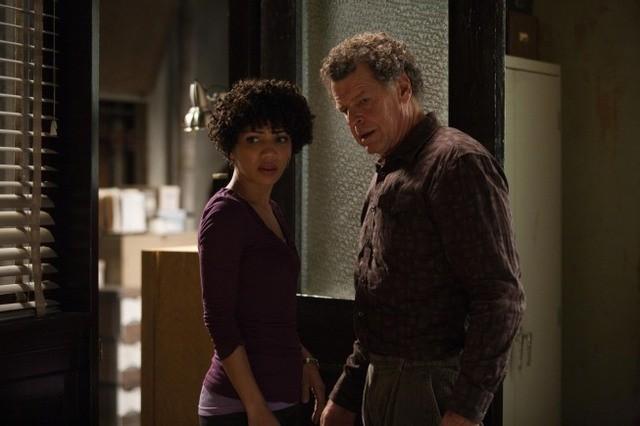 Fringe: John Noble e Jasika Nicole nell'episodio Alone in the World