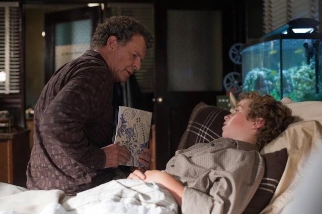 Fringe: John Noble ed Aaron Bird nell'episodio Alone in the World
