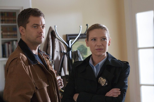 Fringe: Joshua Jackson ed Anna Torv nell'episodio And Those We Left Behind