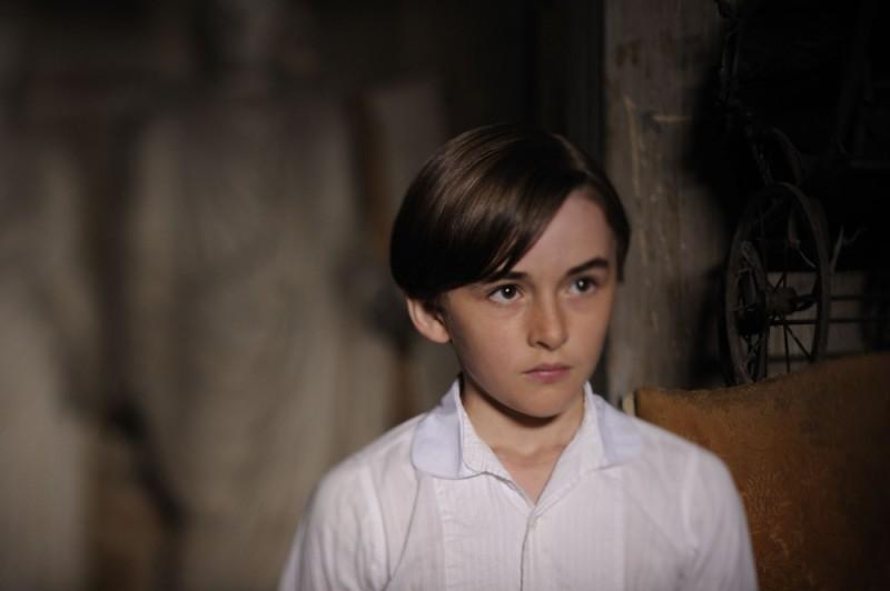 Il piccolo Isaac Hempstead-Wright in una scena del film 1921 - Il mistero di Rookford