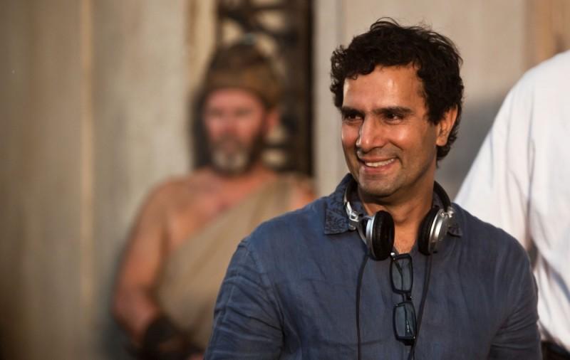 Il regista Tarsem Singh sorride sul set di Immortals 3D
