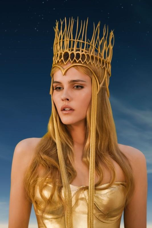 Isabel Lucas elegantissima nei panni di Atena in un'immagine di Immortals 3D