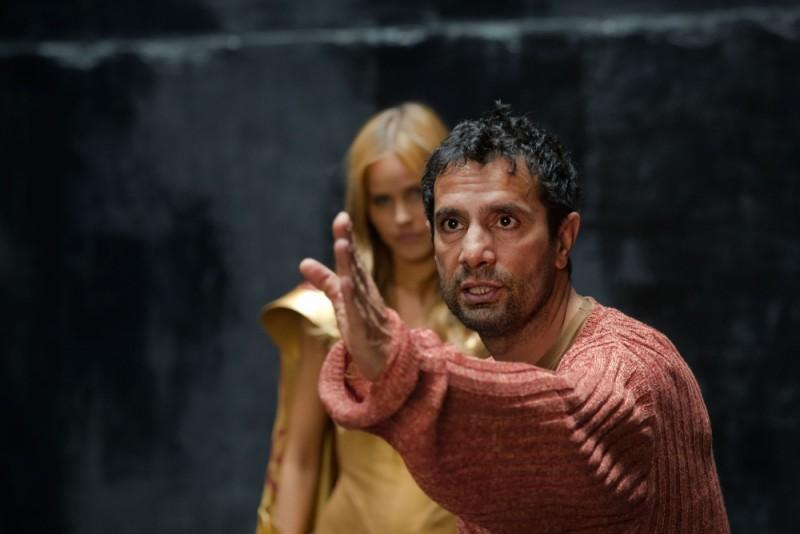 Isabel Lucas insieme al regista Tarsem Singh sul set di Immortals 3D