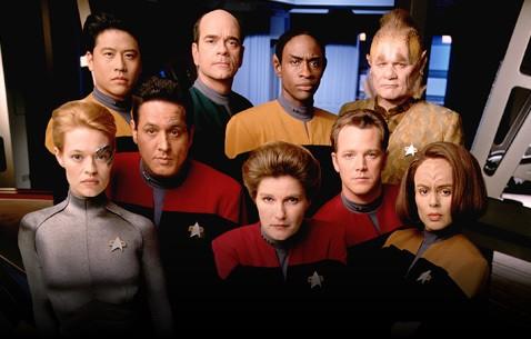 kate Mulgrew, Roxann Dawson, Robert Picardo e il resto del cast della serie Star Trek Voyager in una foto promozionale