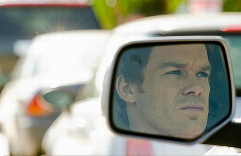 L'immagine di Michael C. Hall riflessa nello specchietto della sua auto in una scena dell'episodio Just let go