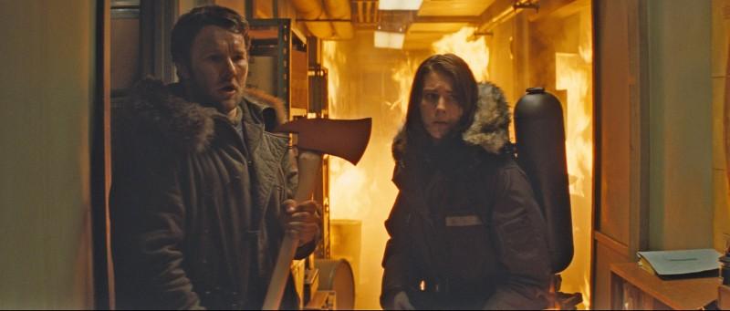 La Cosa: Joel Edgerton e Mary Elizabeth Winstead in una scena del film