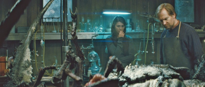 La Cosa: Ulrich Thomsen insieme a Mary Elizabeth Winstead in una scena del film