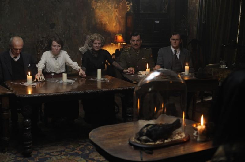 La seduta spiritica in una scena del film 1921 - Il mistero di Rookford