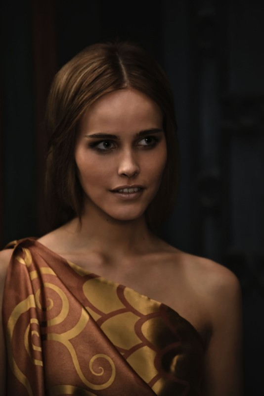La splendida Isabel Lucas in un'immagine tratta dal film epico Immortals 3D