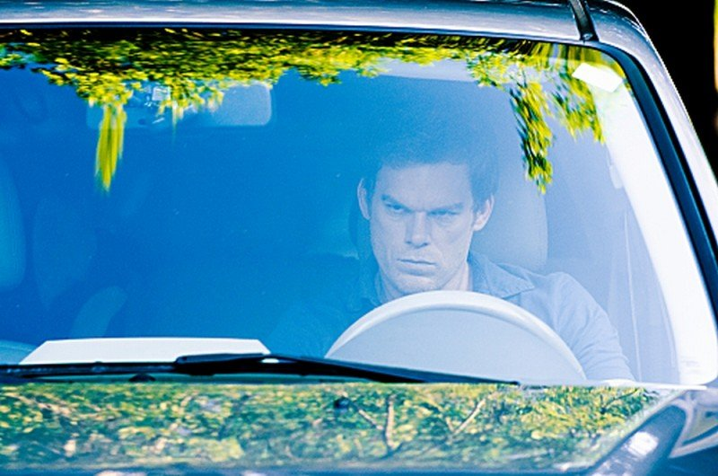 Michael C. Hall in auto in una scena dell'episodio The Angel of Death